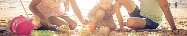 barnfamilj på strand
