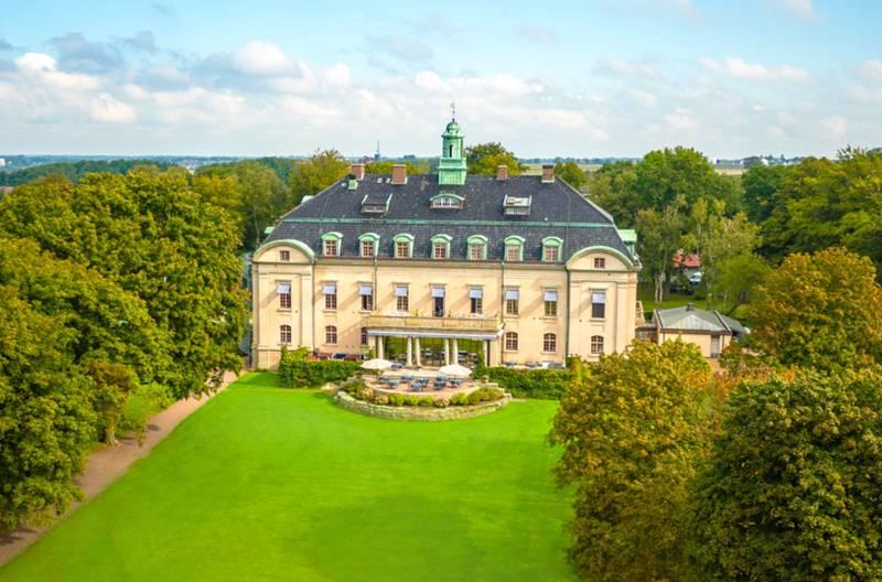 Örenäs slott, fin gräsmatta framför slottet och välskötta träd runtomkring slottet. Bilden är tagen från luften