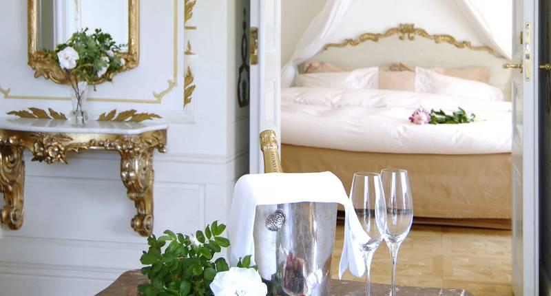 Champagne och champagne glas, framör en säng på Gripsholms värdshus.