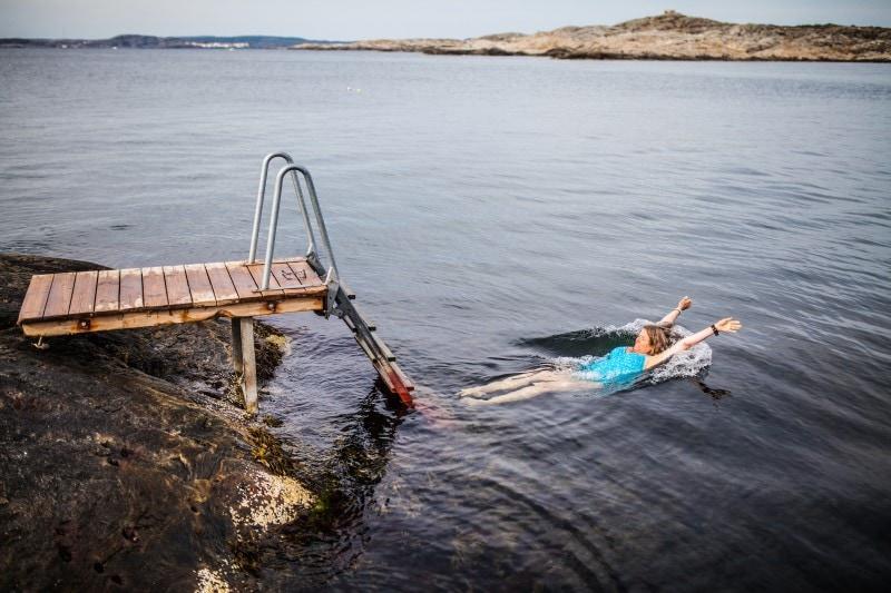 Kvinna badar i havet vid Marstrand