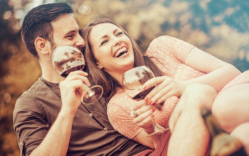 ungt par som dricker vin och umngås tillsammans